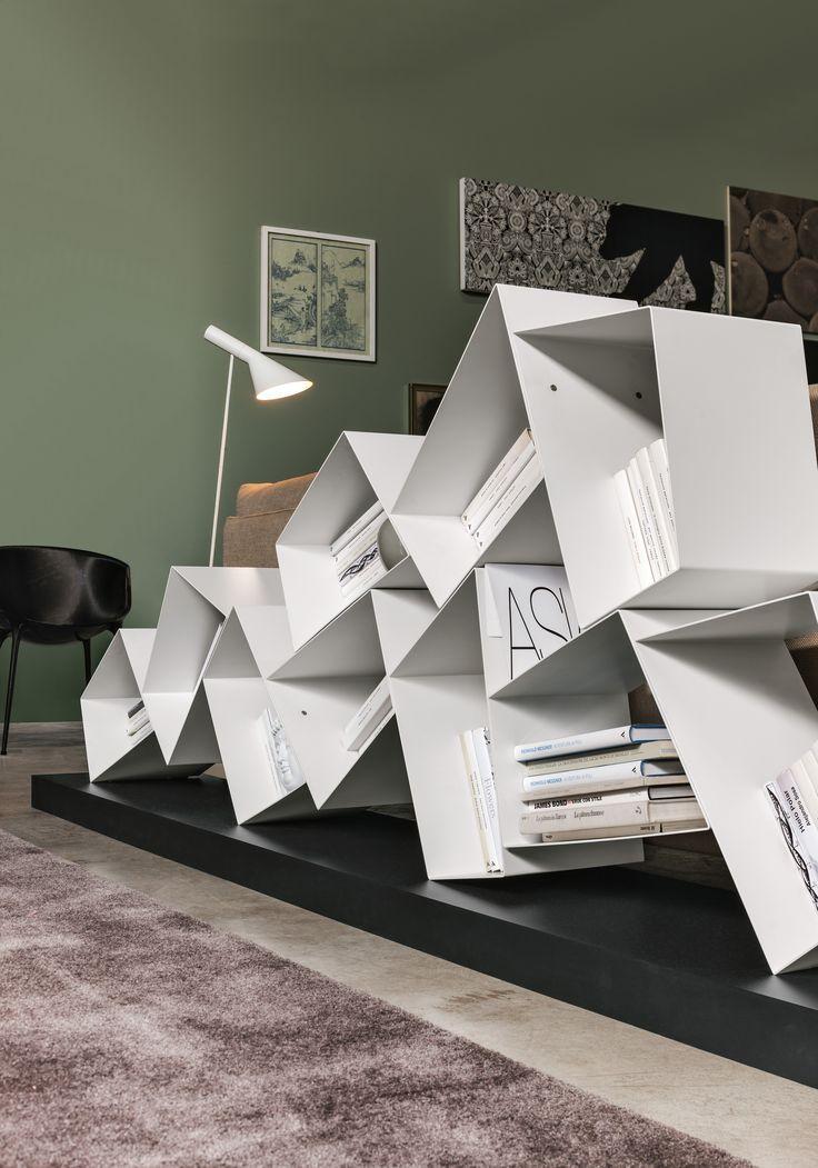Nowoczesny #regał SU Line projektu Diego Collareda dla @rondadesignsrl . Wszelkie ozdoby i #książki znajdą tu swoje miejsce. Poszczególne segmenty o nieregularnych kształtach wykonane zostały z powlekanego metalu. SU Line posiada drewnianą podstawę. Dostępny jest w kilku kolorach.   #bialyregal #biblioteczka #szafka #design #wloskidesign #biblioteka Więcej: https://www.rondadesign.it/en/bookcases/su-line