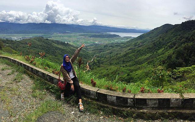 Bumi Sakti Alam Kerinci ⛰. . . Konon kalo ke sini lebih pagi atau habis hujan lebih kece karena awannya rendah & berkabut jadi berasa beneran di khayangan 😅 #jambipunyo #kerinci #sungaipenuh #travelgram #traveldiaries #explorejambi #instatravel #indonesiakece #ayodolanjambi by salsabilalfafa. instatravel #ayodolanjambi #traveldiaries #sungaipenuh #jambipunyo #kerinci #travelgram #explorejambi #indonesiakece