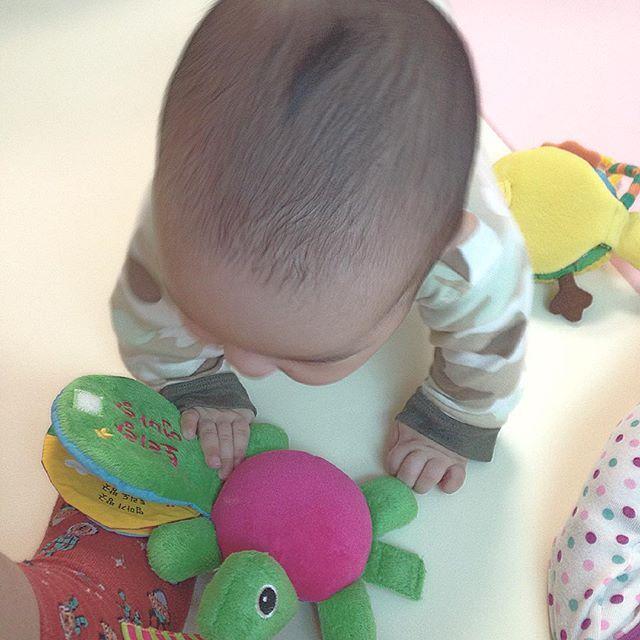 . 책이 좋아~ . #육아 #딸둥이 #쌍둥이  #baby #あかちゃん # #twin #双子 #ふたご #そうし #아기 #bebé #niño #niña #발 #애기발 #もぞもぞ