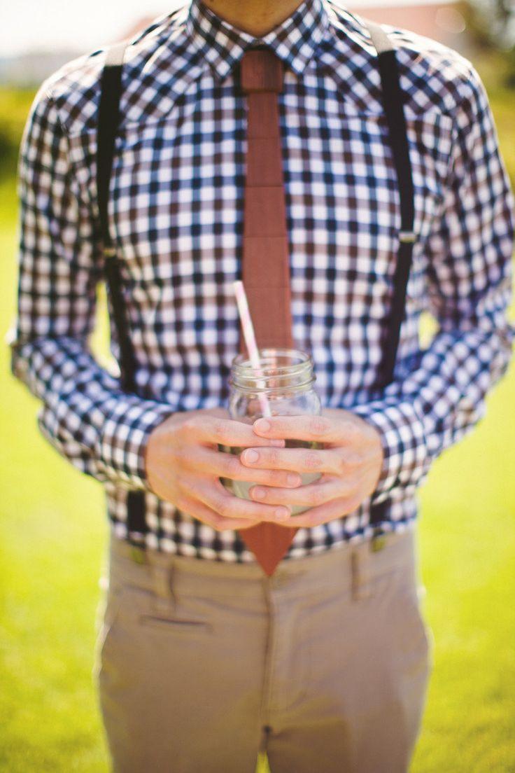 Chemise à carreaux et bretelles pour le marié