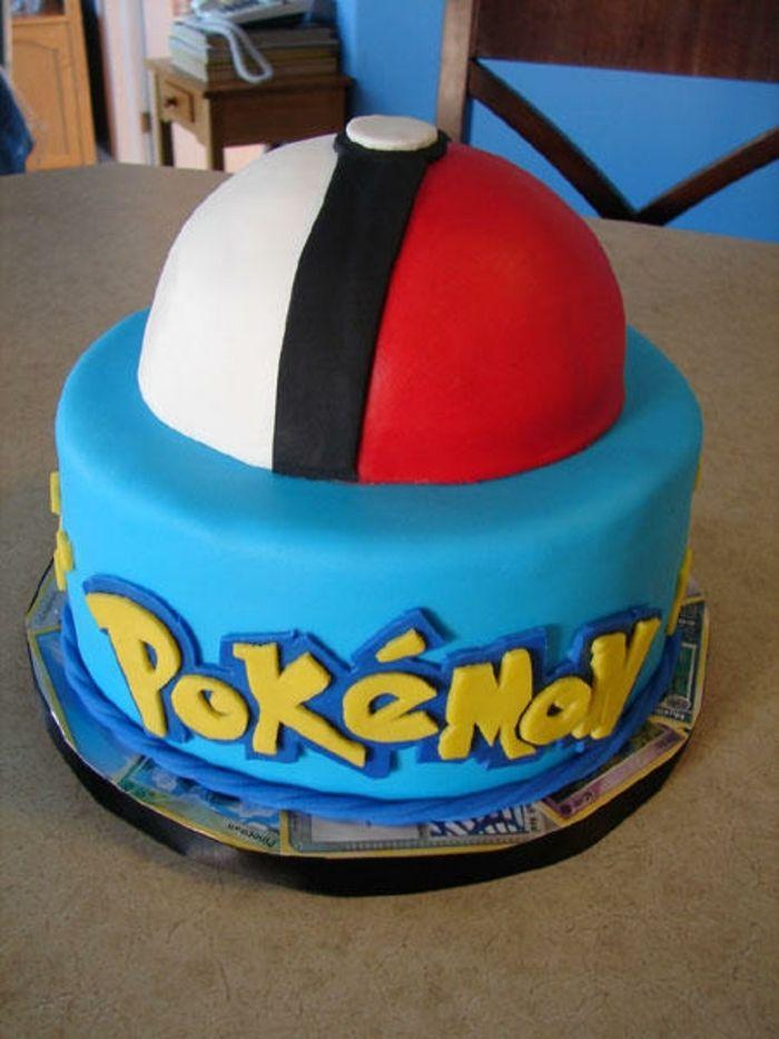 pokemon birthday cake   idee für eine blaue pokemon torte mit einem roten pokeball