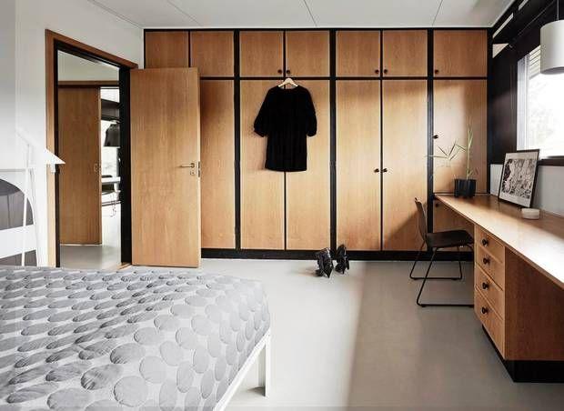 Det originale indbyggede inventar har fået lov at dominere i soveværelset, som ellers er indrettet lyst og enkelt. Sengen, som måler 2x2 meter, er speciallavet hos Hay, som også har designet sengetæppet. Den hvide AJ gulvlampe til venstre i billedet er fra Louis Poulsen. Morten_Soby