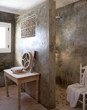 zilver kleurig Italiaans stucwerk ..zo maak je van een gewone inloopdouche iets heel bijzonders. stucamor adviseert