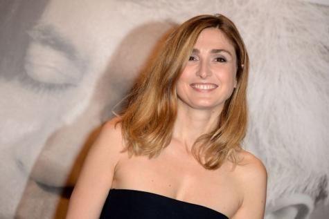 Julie Gayet et François Hollande fiancés ? C'est Valeurs Actuelles qui rapporte l'info. L'actrice et le Président se seraient fiancés. - soirmag.be