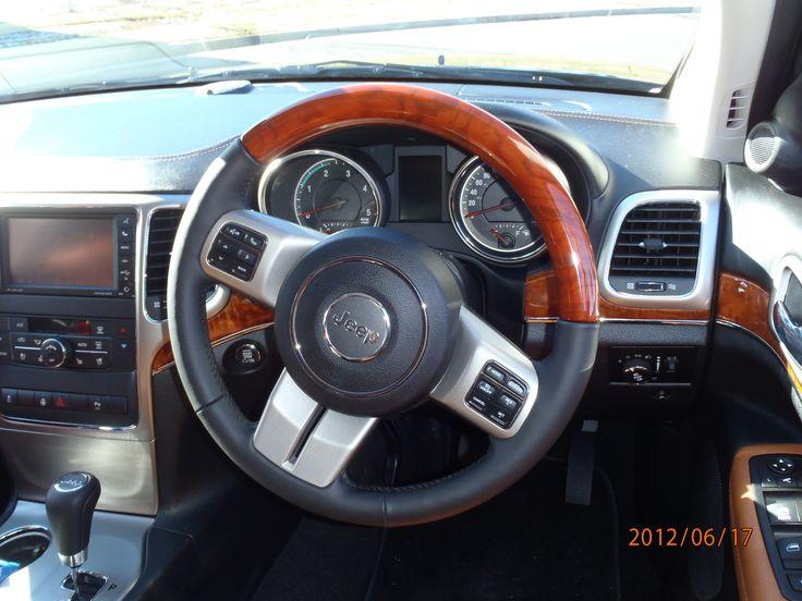 Jeep Grand Cherokee Overland 2012 wheel and dash.