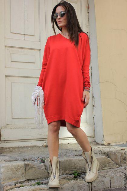 Купить или заказать Платье Red Furia в интернет-магазине на Ярмарке Мастеров. Потрясающее, яркое платье из джерси красно-кораллового цвета. Трикотаж почти не мнется за счет особенностей вязки, именно поэтому считается идеальным Модель с карманами, вырез горловины -треугольником, платье с удлиненными рукавами и силуэтом баллончик. Платье теплое, комфортное, свободное. Платье прекрасно подойдет для осени/ зимы/ весны Отлично впишется в любой образ с любой обувью.