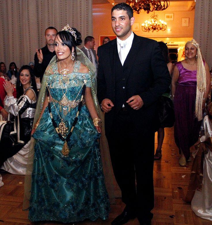 """La """"Blouza wahrania"""" ou """"Blousa"""" : la robe de la ville d'Oran et d'une grande partie de l'Oranie (Algérie) / """"Blouza wahrania"""" or """"Blousa"""" : dress from the city of Oran and its region (Algeria) Elle se compose d'un voile de mousseline ou de dentelle brodé ; et d'un long jupon appelé """"jaltita"""". Elle s'attache avec une ceinture, la mode est aux ceintures en tissu brodées. Elle est généralement brodée de perles au niveau du decolleté (ssder), du dos (dhar) et des bras."""