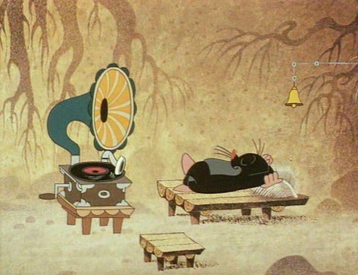 (2015-02) Muldvarpen ligger og lytter til en gammel grammofon