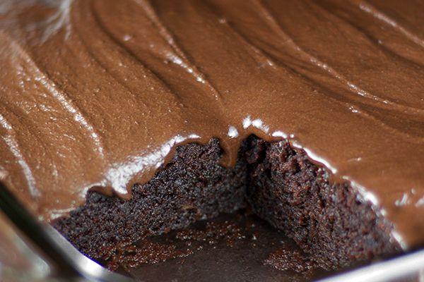 Εύκολο, γρήγορο και νηστίσιμο κέικ με σοκολάτα που θα λατρέψετε όλοι!