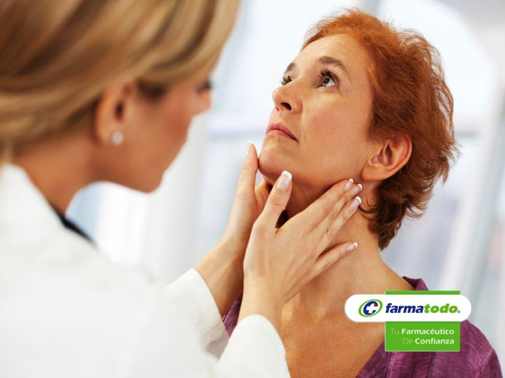 ¿Cómo se diagnostica el hipertiroidismo? El médico endocrinólogo realizará diferentes pruebas y en las que puede encontrar presión arterial sistólica alta, aumento de la frecuencia cardíaca, agrandamiento de la tiroides, temblor de las manos, hinchazón o inflamación alrededor de los ojos. También se ordenan exámenes de sangre para medir los niveles de hormonas tiroideas TSH (hormona estimulante de la tiroides), T3 y T4 y análisis de sangre para ver si hay captación de yodo radiactivo.