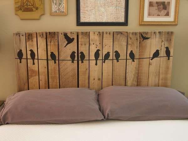 Tête de lit palette avec stickers  http://www.homelisty.com/meuble-en-palette/