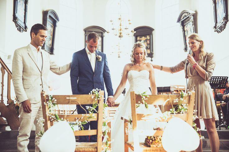 Emoties tijdens de inzegening. Priest giving his blessing during the ceremony. Ik ben graag jullie trouwfotograaf! Made by me / Gemaakt door mij. real wedding photography spontane trouwfoto's trouwfotografie bruidsfotografie emotion