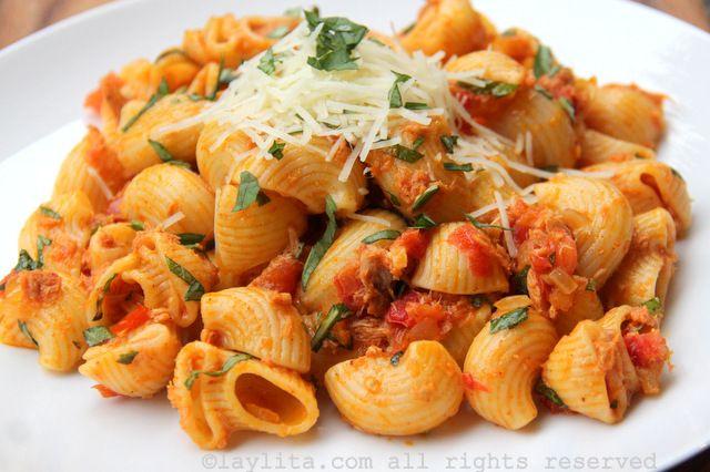Receta fácil y rápida de macarrones o pasta con atún y tomate, la salsa se prepara con atún enlatado, tomates, cebolla, aceite de oliva, y orégano/albahaca.