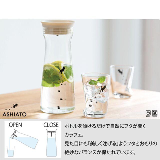 ネコちゃんが足あとを残しながらお散歩しているイラストがかわいいカラフェです。  ボトルを傾けるだけで自然にふたが開き、360度どの方向からでも注げる構造です。  耐熱ガラスなので温かい飲み物にも使えます。