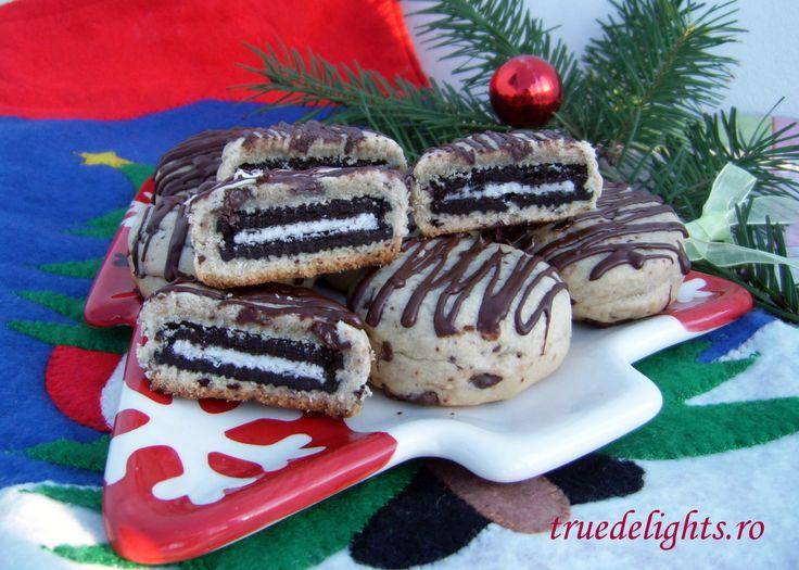 Reteta culinara Fursecuri cu ciocolata umplute cu biscuiti Oreo din Carte de bucate, Dulciuri. Specific Romania. Cum sa faci Fursecuri cu ciocolata umplute cu biscuiti Oreo