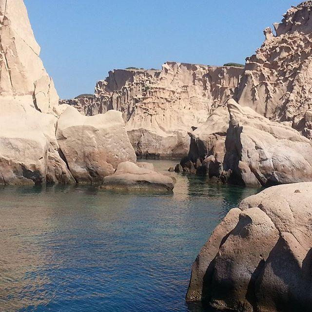 Siren kayalıkları/Foça/İzmir/// Orak adası yakınlarında bulunan hiçbir canlının yaşamadığı küçük adacıklar Siren Kayalıkları adıyla bilinir. Bu kayalık adacıklara neden bu ismin verilmesinin nedeni Odeysseia Destanına dayanır.