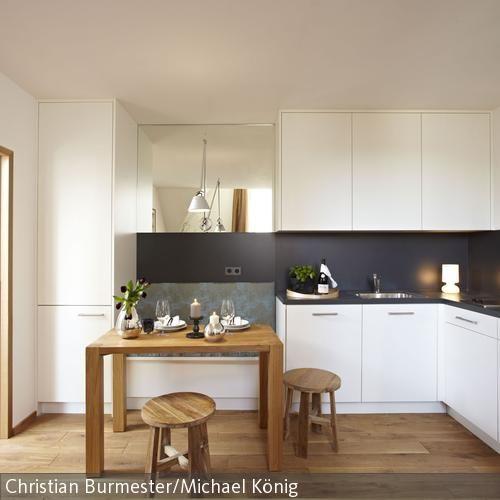 die weisse k che mit kontrastreichem spritzschutz beherbergt platzsparend auch die sitzbank inkl. Black Bedroom Furniture Sets. Home Design Ideas