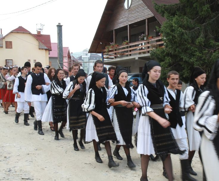 young romanian men and girls traditions traditional folk costumes dress rumanos rumania eastern europe