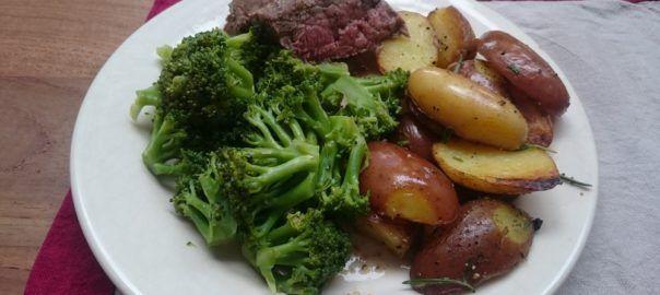 #Recept van #Overkruiden: rosbief met geroerbakte broccoli in bouillon met rozemarijn-aardappelpartjes