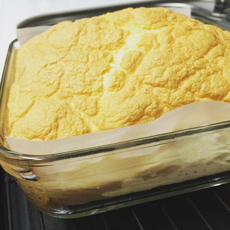 今話題の「卵だけケーキ」って知ってますか?タイトルから想像できると思いますが材料は卵1つ、これだけです。メレンゲで作ることによってふわふわの食感と、卵だけを使ったとっても優しい素材の味。低糖質・低カロリーなのでダイエット中のお菓子や朝食にぴったりです。チーズや野菜を挟んでサンドイッチ風にもアレンジ可能。是非試してみて♩