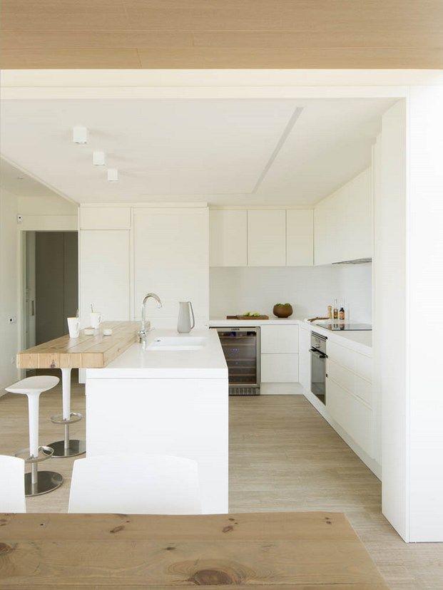 White and wood kitchen. Cocina blanca y barra de madera. Vivienda de Susanna Cots F11.