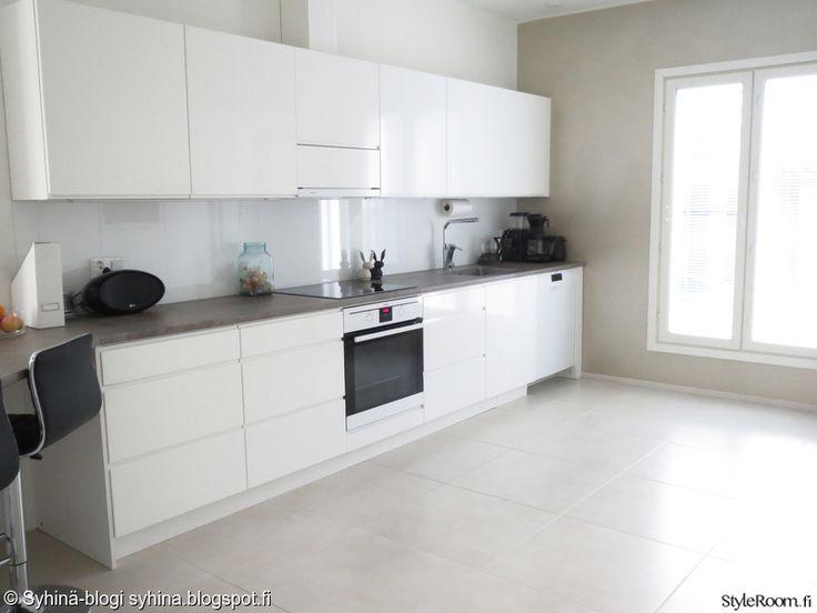 keittiö,valkoinen,harmaa,keittiön kaapit,pesuallas