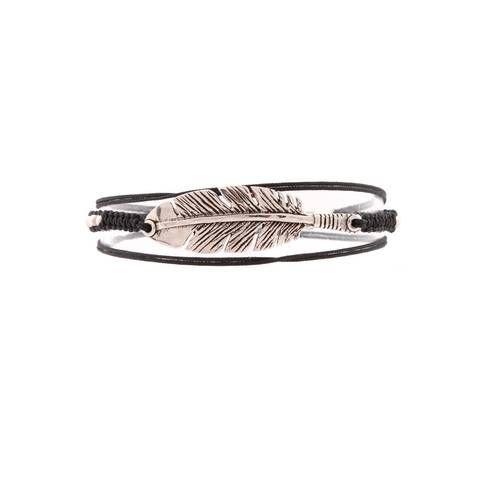 Bracelet Penna triple - Bracelet lien composé d'une plume gravée. Les artisans de l'atelier Gas Bijoux ont utilisé la technique minutieuse du macramé et ont intégré des perles argentées dans le tissage.  Il se porte enroulé trois fois autour du poignet et est ajustable grâce à sa chaînette composée d'anneaux dentelés. Prix : 74 €