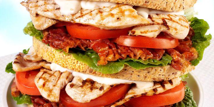 Sandwich américain au poulet grillé et bacon frit