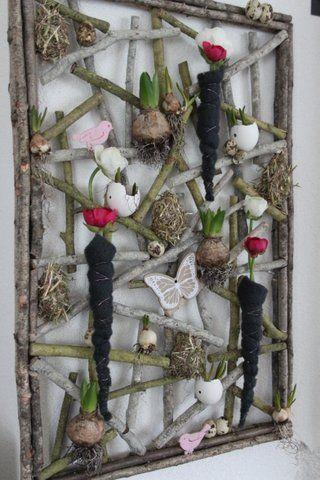 Voorjaar: wanddecoratie berkentakken gevuld met o.a.blauwe druif, narcis en stronestjes.