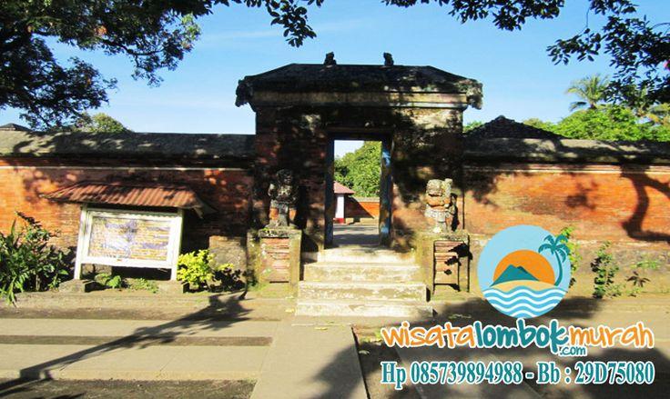 Objek Wisata Pura Lingsar Lombok, Pura Lingsar merupakan cerminan kerukunan umat beragama. Pura Lingsar berada di Desa Lingsar, Kecamatan Narmada Kabupaten Lombok Barat. Pura ini adalah pura terbesar di Lombok. Dibangun sejak 1714 oleh Raja Anak Agung Ngurah Karangasem dan dianggap pura yang paling suci di Lombok.  Yuk kunjungi segera dan ketahui lebih lengkap sejarahnya  bersama wisatalombokmurah.com :)  #puralingsar #puralingsarlombok #lombok #puralombok #lingsar #pura