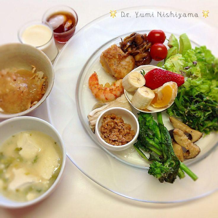にしやま由美式ダイエットプレート (時計回りに食べる) 2014.3.28の朝プレートです。 大きめのプレートに食材を並べて、12時の位置から順番に食べます。とても分かり易い方法です。 トマト、グリーンリーフ、ほうれん草、菜の花、納豆、アナゴ、エビ、白身魚、肉、フルーツに白味噌スープ、あんかけご飯と栄養バランスを考えました。 食材の量は、年齢など個人の状態により調整してください。最後に飲む⭐️西山酵素⭐️と豆乳も添えてあります。 外側からの皮膚ケアのみならず、身体の内側を整えることは美容と健康の基本です。 この順番は、血糖値を急激に上げないので身体に優しく栄養補給ができ健康になります。 食材のアレルギーには、個人差がありますのでご注意ください。 ⭐️時計周りに食べる⭐️のダイエットプレート本も出版中です!