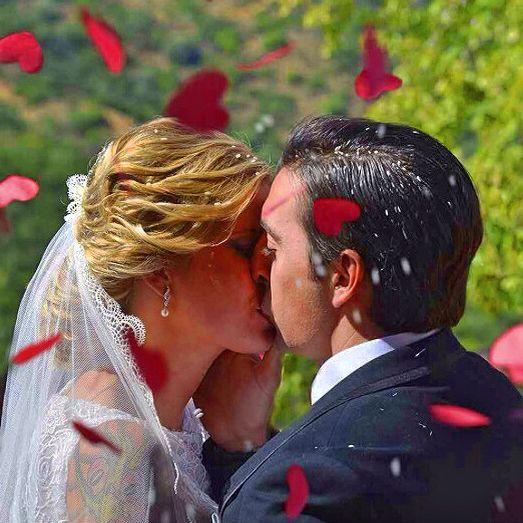 una boda bella donde el amor y el sentimiento brilla bajo el sol de la sierra de sevilla bajo la atenta mirada de la virgen de Setefilla.