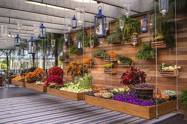 Decoração de casamento no MAM do Rio de Janeiro - mesas de doces suspensas - decoração rústico-contemporânea com cores vibrantes e muita madeira  ( Decoração: Patricia Vaks | Foto: Sergio Greif )