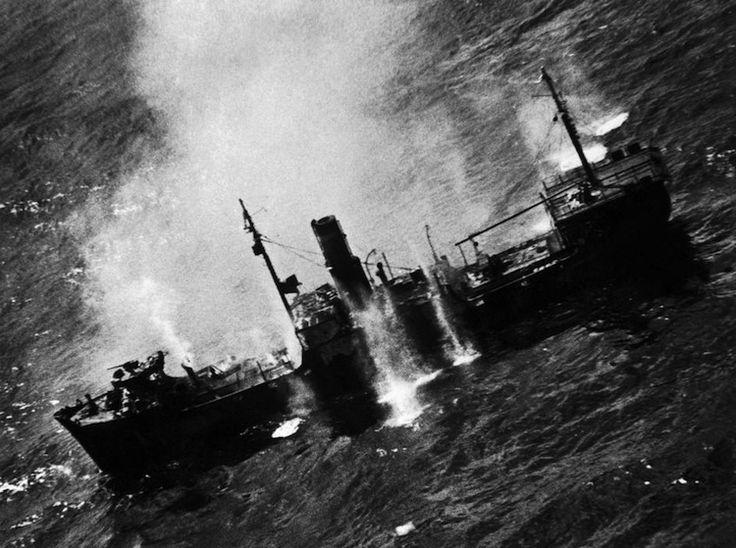 W. Eugene Smith - Fronte del Pacifico, attacco americano a una nave giapponese, Isole Marshall 1944