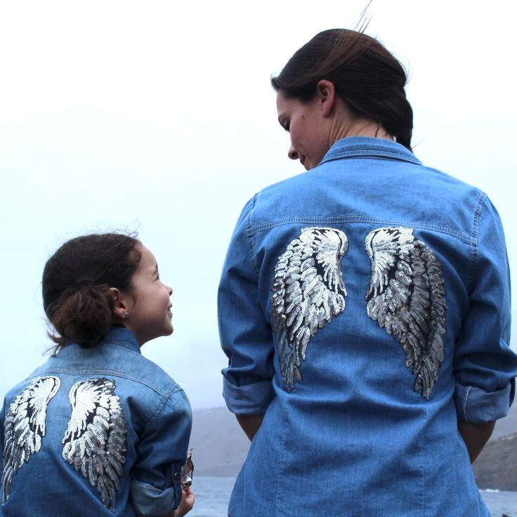 """Camisa vaquera con alas en la espalda para niño/a. Las alas con lentejuelas bordadas, sobre una camisa vaquera.  ¡Un básico en el armario de tu hijo y en el tuyo!  Te encantará y a tu niño/a aún más! Puedes encontrar las camisas con alas para mujer en la sección """"Ropa igual Mama, Papa y Yo"""" #kidcrazy #fashionkids #ropaigual #vestirigual #mamayyo #miniyo #comomama #igualquemama #mama"""