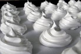 ingredientes 4 claras. 250 gramas de açúcar. 1 pitada de sal. Preparação de merengue Coloque as claras em uma tigela e bata-os até ficarem firmes. Em seguida, adicione o açúcar e sal, mas ainda bater. Vai ser apenas para a direita quando a levantar o misturador, picos formar na sua superfície. Em seguida, coloque-o em…