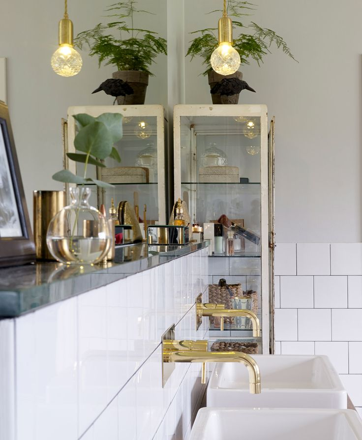Hotellyxigt badrum – badrumsinredning i mässing och grön marmor | Sköna hem