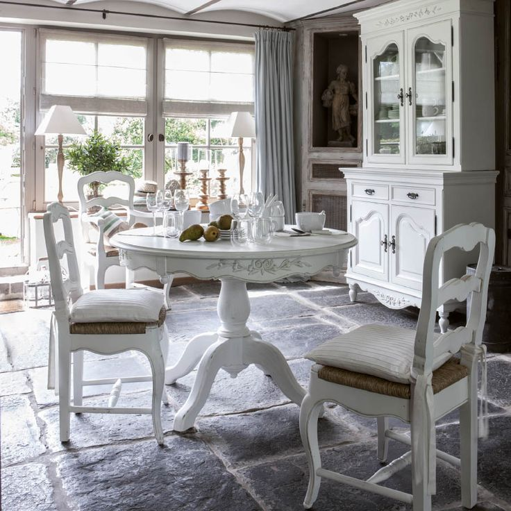 Elégante et raffinée, cette table ronde pied central peut recevoir jusqu'à 2 allonges et accueillir ainsi jusqu'à 10 convives : A vous les nombreux repas entre amis ou en famille !