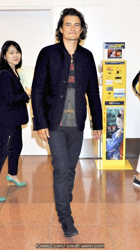 Orlando Bloom Greeted by fans as he arrives at Haneda Airport http://icelebz.com/events/orlando_bloom_greeted_by_fans_as_he_arrives_at_haneda_airport/photo1.html
