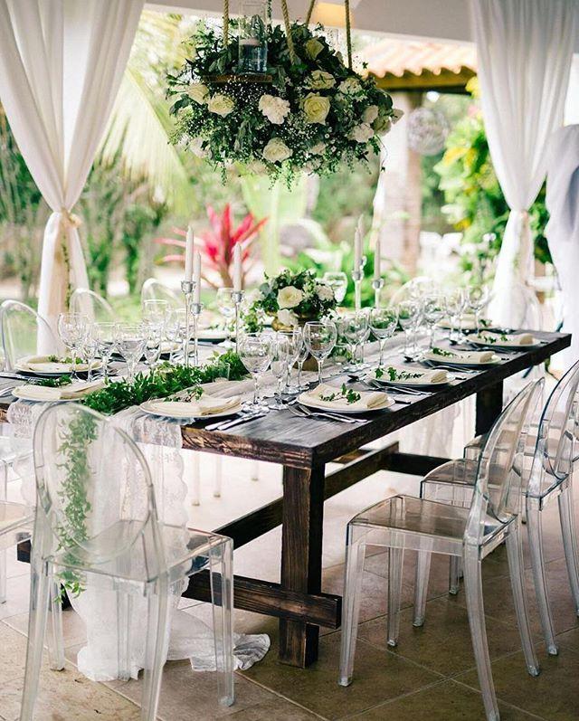 pantone color of the year + acrylic awesomeness? We'll take it!  Photo @asiapimentelphotography . . . #ruffledvendor #destinationwedding #destinationweddingphotographer #weddingphotographer #weddingphotography #weddingflowers #beachwedding #weddingplanning #eventdesign #floraldesign #love #weddinginspiration #weddinginspo #tablerunner #puntacana  Instagram Profile: @ruffledblog  Source/Origem: https://www.instagram.com/p/BTsOy3HD5_e/