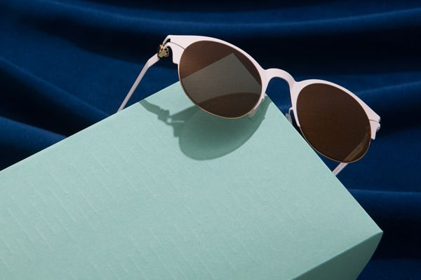 Mykita sunglasses by the pool are the protagonists of this still life photo story. The sets are variations of miniature swimming pools, made of paper, where each style find it ́s perfect surrounding.