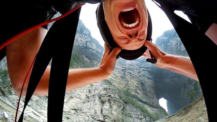 Blickt hinter die Kulisse - Jeb Corliss ist der Erste der durch das Himmelstor am Berg Tianmen in China mit einem Wingsuit fliegt!
