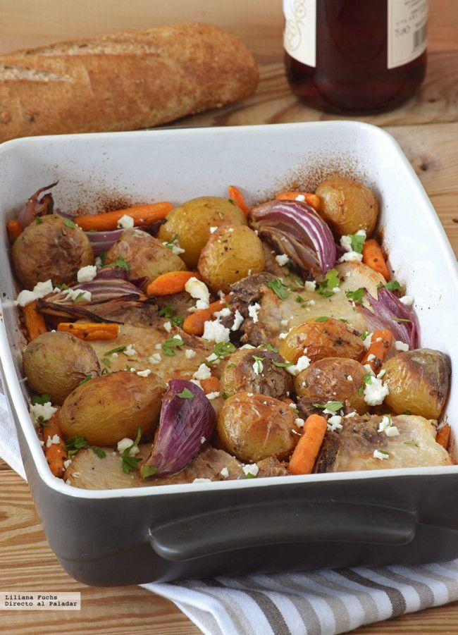 Chuletas de lomo de cerdo al horno con patatas, zanahorias baby y queso feta. Receta