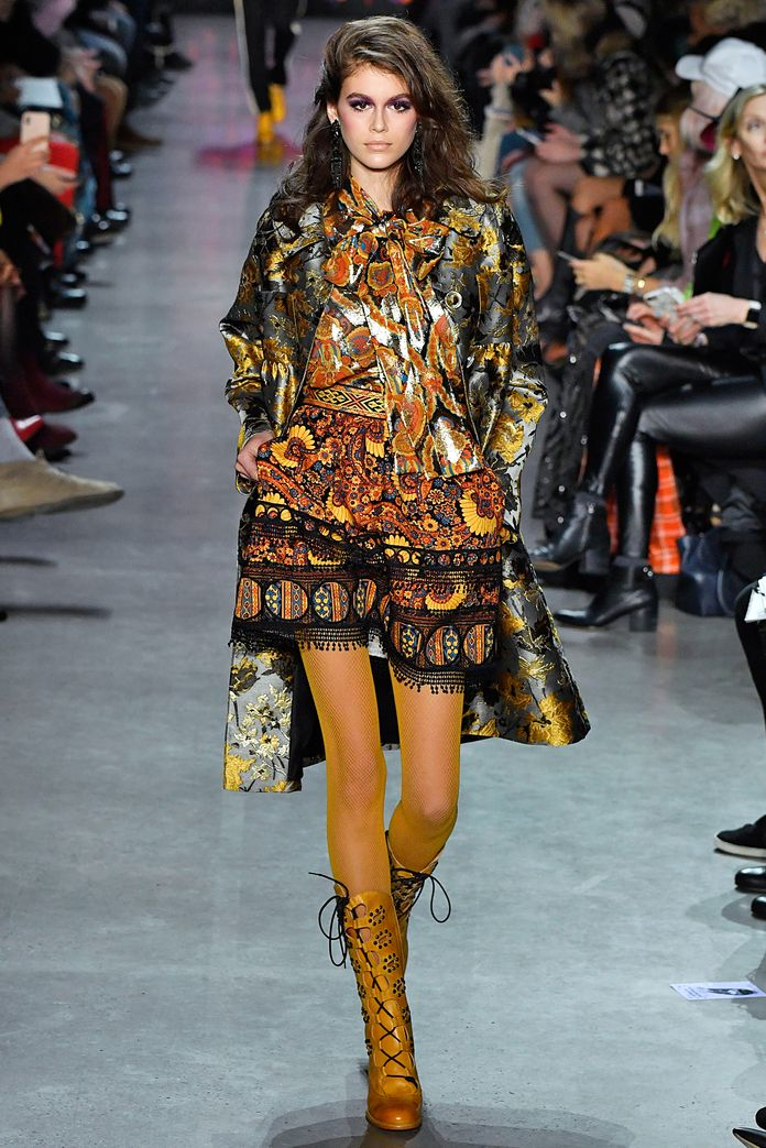 Cindy Crawford's mini-me looked the part in mixed prints at Anna Sui. #NYFW #runway