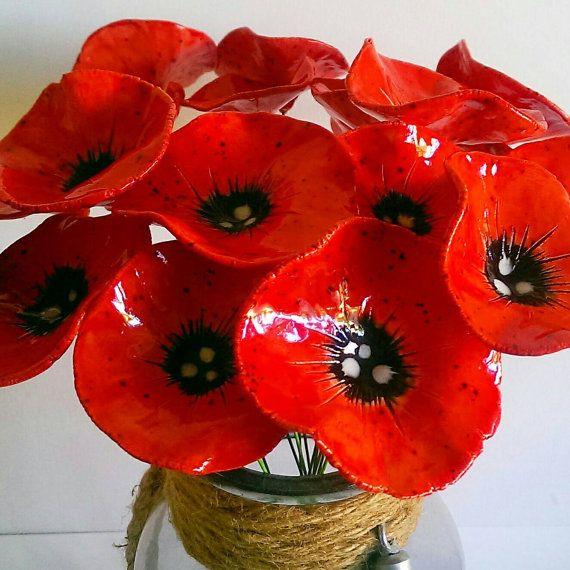 Dies sind wunderschöne Keramik rote Mohn Blumen...  Die Blüten sind von mir aus Ton, in einem Brennofen abgefeuert und handgemalten mit Glasur vor ihrer zweiten feuern handgefertigt. Sie sind dann sorgfältig platziert und auf einer Länge von grünen Draht geklebt. Sie suchen schöne als einen kleinen Haufen in einer schmalen Hals-Vase... oder auf Masse!   Dieses Angebot ist für 5 Blume stammt... jeder Drahtlänge ist etwa 25-30cm lang und sie sind alle etwas unterschiedlich in der Größe…