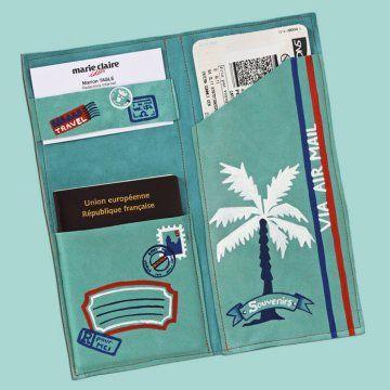 une pochette en cuir bleu turquoise peinte de motifs de voyage bleu, blanc et rouge, faite pour ranger ses papiers, son passeport et ses billets de transport en vacances.   MARIE-CLAIRE IDEE -   DIY + patron