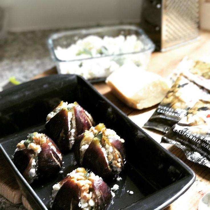Esta receta de #higos rellenos de #requeson y #nueces la hice con las @nuezcalifornia en el #mesdelasnueces Llegaron la temporada de las brevas y higos vamos a disfrutarlas! la receta puedes verla en jazminycanela.com . . . #figs #mermelada #ensalada #moras #melocotón #gourmet #Extremadura #vinagre #Typhoon #SECOS