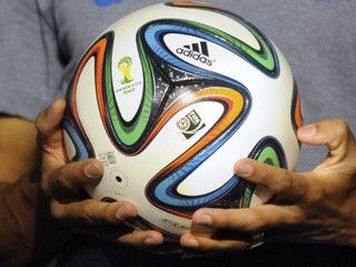 Por compras superiores a $250.000 los visitantes del CC Atlantis podrán participar en el sorteo de tres viajes dobles a Brasil y además llevarse uno de los mini balones Adidas. Una réplica gigante del balón oficial para la Copa Mundial de Fútbol de 2014 estará exhibida en el primer piso del centro comercial. del 1 de enero al 28 de febrero de 2014.