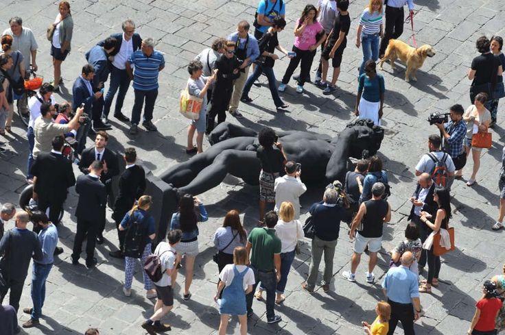 """Firenze, un David tutto nero a terra in piazza: """"E' il simbolo del lutto"""""""