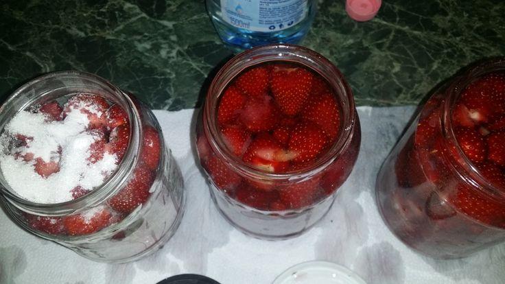 Nálam minden tartósító nélkül készül...ezek a befőttek is pont így.   A gyümölcsöt belerakom a sterilizált üvegbe, teszek rá egy kanál cukro...